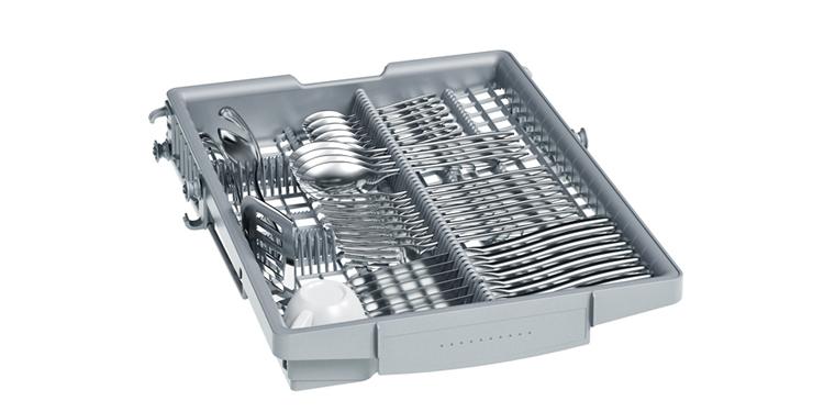 La tercera bandeja VarioDrawer de los lavavajillas de 45 cm te permite tener más espacio para los platos.