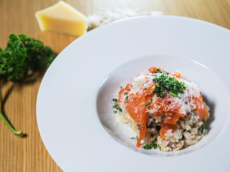 receta-puchero-Salmón-ahumado-con-risotto-de-champiñones