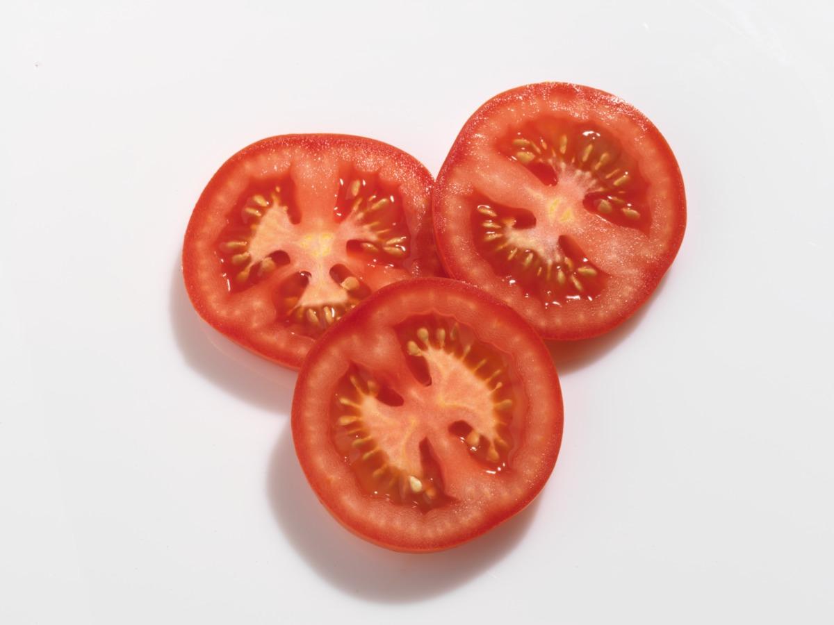 Para preparar la receta de guacamole casero es necesario añadir tomate natural