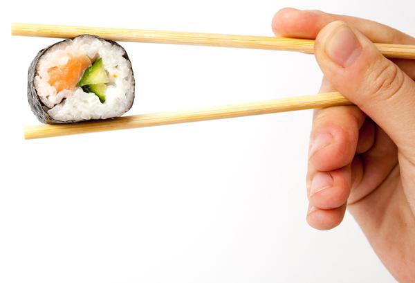 Como los asiáticos comen con palillos, comen más despacio.
