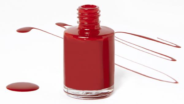 Cómo eliminar las manchas de esmalte de uñas.