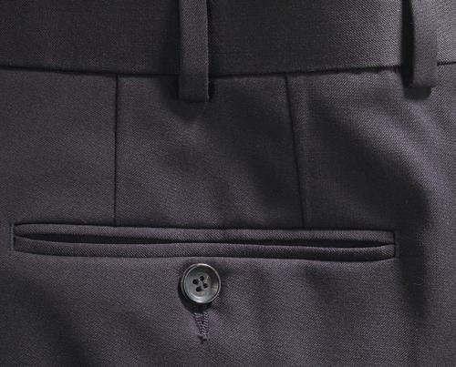 Planchar pantalones oscuros sin brillos.