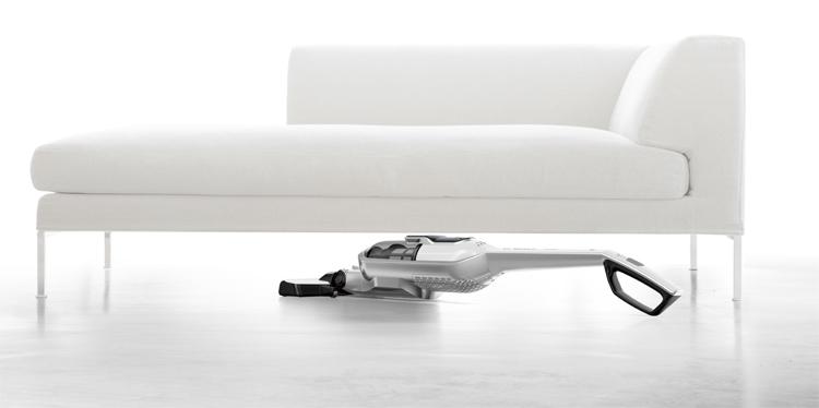 Con los aspiradores escoba Athlet puedes aspirar bajo los muebles sin moverlos.