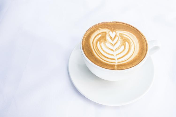 Los dibujos en el café se hacen con un palillo.