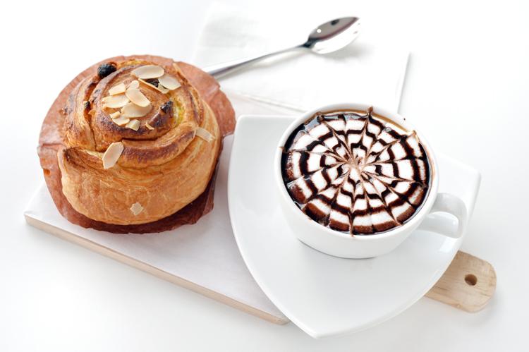 Hacer dibujos en el café con sirope.
