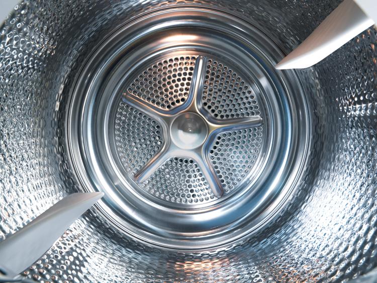 Cuando se deshace un trozo de pañuelo de papel en la lavadora, hay que limpiar el tambor.