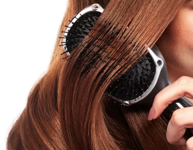 Las cerdas del cepillo de iones son mixtas para peinar los pelos gruesos y los más finos.
