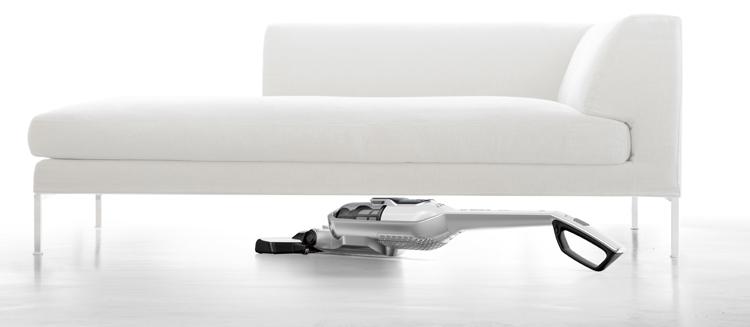 Aspirar bajo el mueble con el aspirador en posición horizontaL