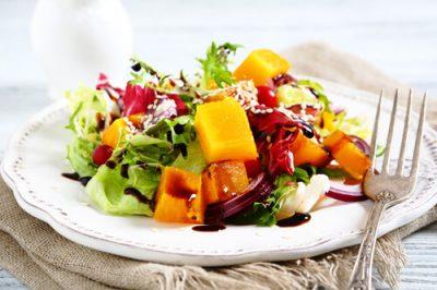 Mezcla frutas en las ensaladas de verano