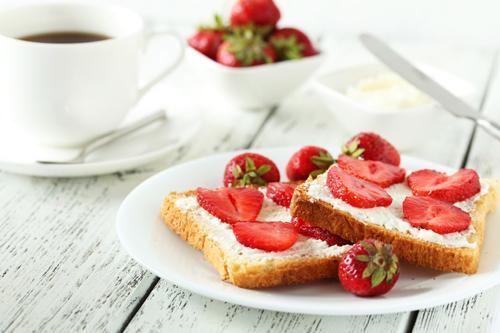 Tostada con fresas para desayunar