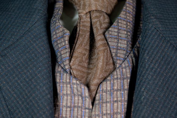 Detalle del traje de hombre