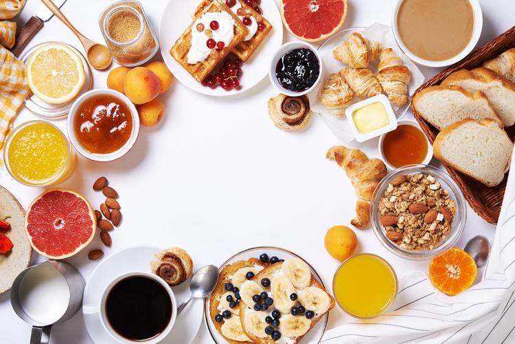 Vista cenital de un desayuno.