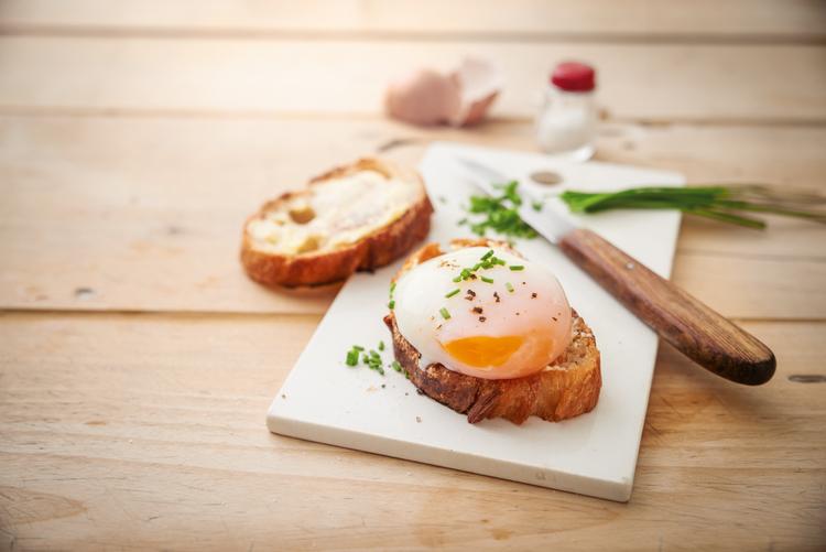 Huevos cocidos lentamente en su cáscara