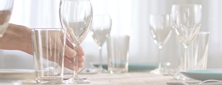 platos y vasos relucientes